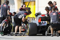 Romain Grosjean, Haas F1 Team VF-17, pit stop action