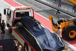 Daniel Ricciardo, Red Bull Racing RB13 es llevado a pits