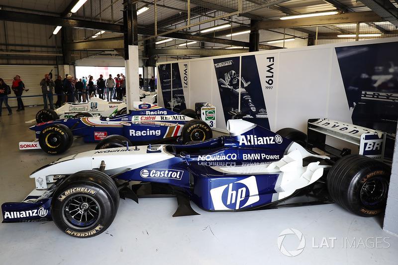 Williams BMW 2004 года рядом с машинами FW19 1997 года и FW07 1979 года
