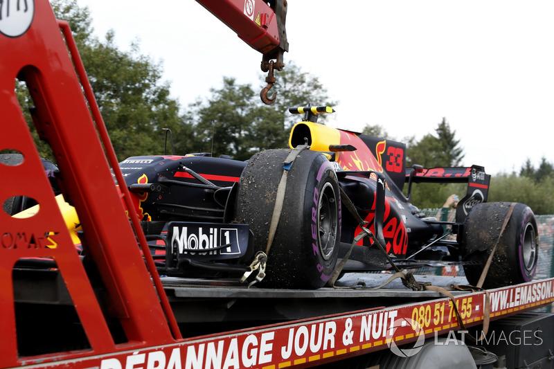La voiture de Max Verstappen, Red Bull Racing RB13 est ramenée après son abandon
