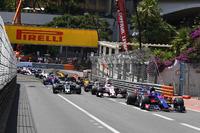 Carlos Sainz Jr., Scuderia Toro Rosso STR12 at the start of the race