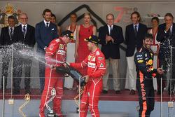 Podio: segundo lugar Kimi Raikkonen, Ferrari, ganador de la carrera Sebastian Vettel, Ferrari y el tercer lugar Daniel Ricciardo, Red Bull Racing