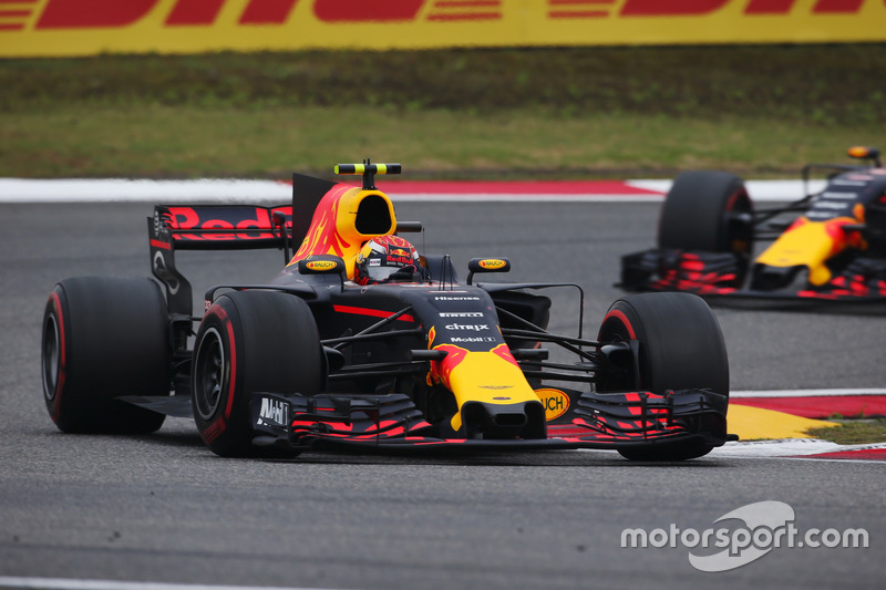 Max Verstappen, Red Bull Racing RB13, vor Daniil Kvyat, Scuderia Toro Rosso STR12
