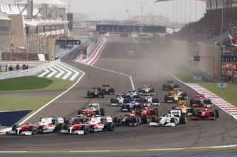 Timo Glock, Toyota TF109, Jarno Trulli, Toyota TF109, Lewis Hamilton, McLaren MP4-24 Mercedes, Jenson Button, Brawn GP BGP001 Mercedes, Sebastian Vettel, Red Bull Racing RB5 Renault, si dirigono verso la prima curva