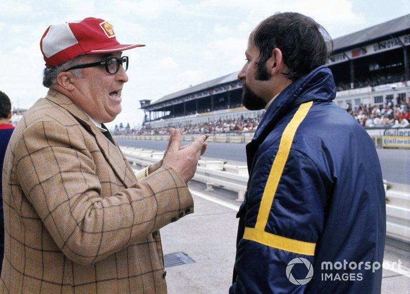 L'ingénieur Carlo Chiti d'Alfa Romeo discute avec Henri Pescarolo.