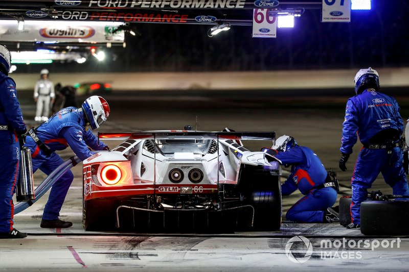 Пит-стоп: Дирк Мюллер, Джой Хенд, Себастьен Бурдэ, Chip Ganassi Racing, Ford GT (№66)