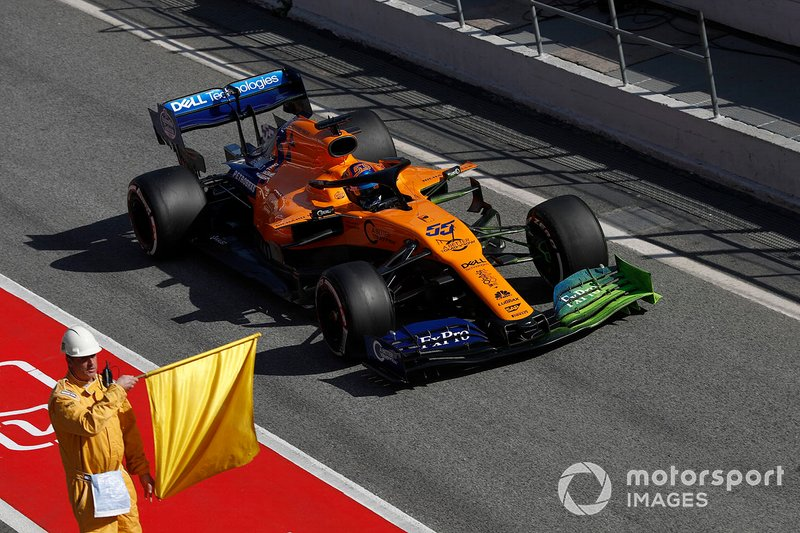Carlos Sainz Jr., McLaren MCL34 et un commissaire avec un drapeau jaune