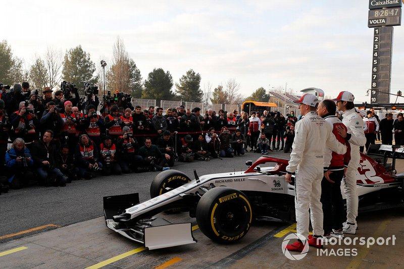 Kimi Raikkonen, Alfa Romeo Racing, Frédéric Vasseur, team principal Alfa Romeo Racing, et Antonio Giovinazzi, Alfa Romeo Racing avec la nouvelle Alfa Romeo Racing C38
