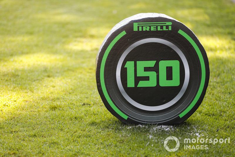 Penanda titik pengereman 150 meter dengan branding Pirelli