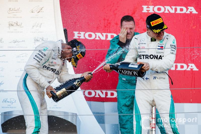 Il vincitore della gara Lewis Hamilton, Mercedes AMG F1, e il secondo classificato Valtteri Bottas, Mercedes AMG F1, sul podio