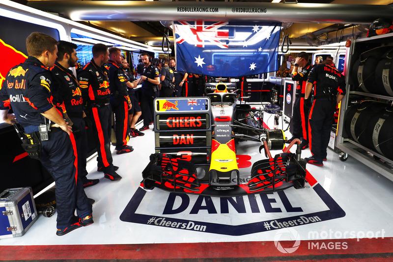 El equipo de Red Bull con un mensaje de apoyo para Daniel Ricciardo, Red Bull Racing RB14, en el garaje.