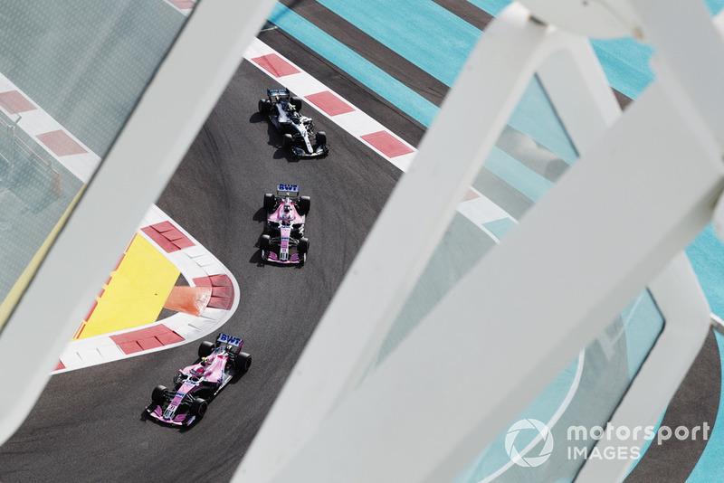 Esteban Ocon, Racing Point Force India VJM11, devant Sergio Perez, Racing Point Force India VJM11, et Valtteri Bottas, Mercedes AMG F1 W09 EQ Power+