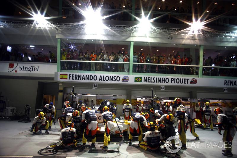 Когда на 12-м круге Фернандо Алонсо первым заехал на пит-стоп, никто и подумать не мог, что именно в тот момент началось все самое интересное