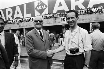 John Blunsden serre la main d'Enzo Ferrari