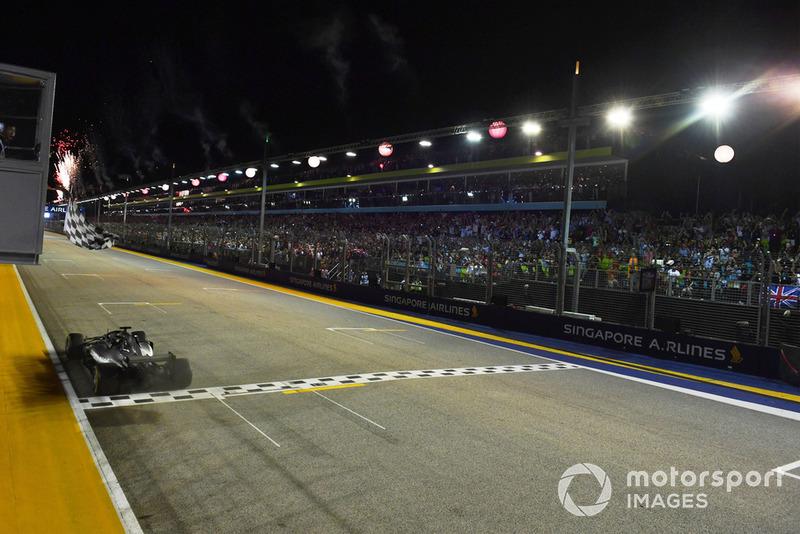 Il vincitore della gara Lewis Hamilton, Mercedes-AMG F1 W09, prende la bandiera a scacchi