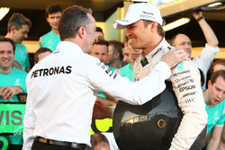 Победитель Нико Росбергов, Mercedes AMG F1 Team и Падди Лоу, исполнительный директор Mercedes AMG F1