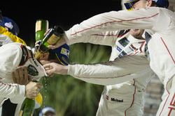 GTLM-подіум: третє місце - Мікаель Крістенсен, Ерл Бамбер, Фредерік Маковєцкі, Porsche Team