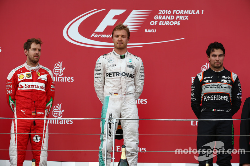 Podio: primer lugar Nico Rosberg, Mercedes AMG Petronas F1 W07,segundo lugar Sebastian Vettel, Scude
