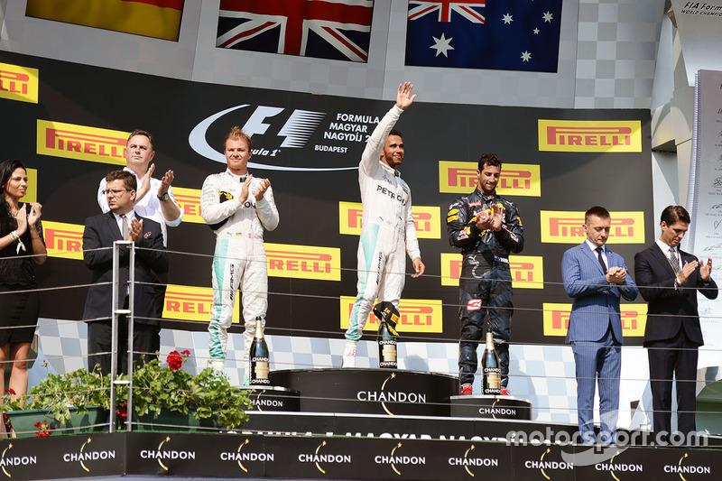 El podio: Nico Rosberg, de Mercedes AMG F1, segundo; Lewis Hamilton, Mercedes AMG F1, ganador de la carrera; Daniel Ricciardo, Red Bull Racing, tercero
