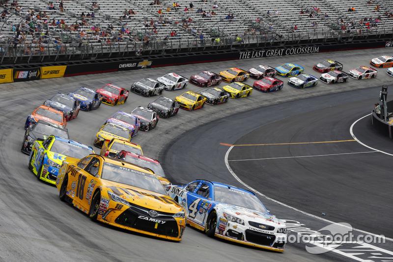 Ripartenza: Kyle Busch, Joe Gibbs Racing Toyota, Kevin Harvick, Stewart-Haas Racing Chevrolet