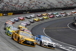 Restart: Kyle Busch, Joe Gibbs Racing, Toyota; Kevin Harvick, Stewart-Haas Racing, Chevrolet