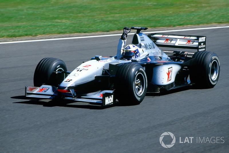 Coulthard cruzó la meta en primer lugar, e Irvine perdió por 1.829 segundos ocupando el segundo, lo que igualó en puntos en la clasificación con Schumacher.