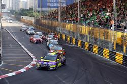 Роб Хафф, Honda, лидирует в гонке