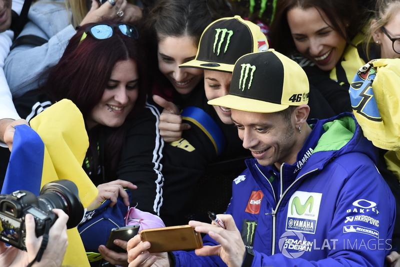 Valentino Rossi, Yamaha Factory Racing con sus fans