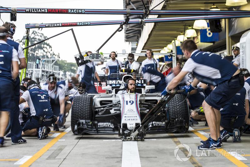 Williams mechanics make a practice pitstop