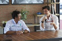 Toto Wolff, Direttore del Motorsport, Mercedes AMG F1, con un ingegnere Petronas