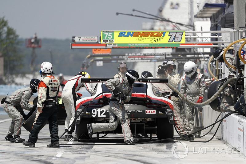 #912 Porsche Team North America Porsche 911 RSR, GTLM: Laurens Vanthoor, Earl Bamber, pit stop
