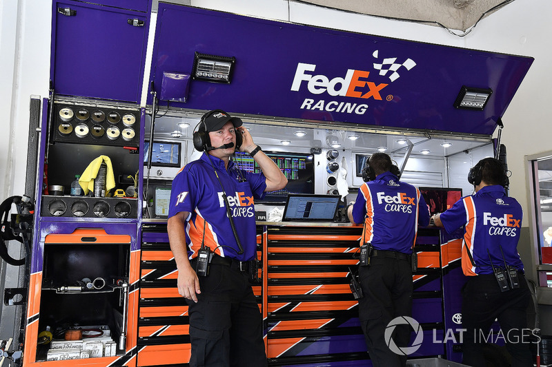 Il crew chief Mike Wheeler e la crew di Denny Hamlin, Joe Gibbs Racing, Toyota Camry FedEx Cares