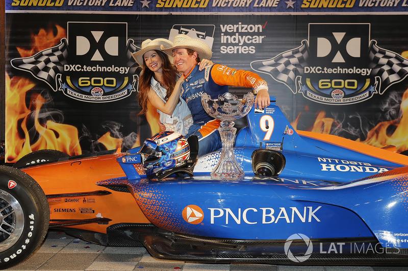 Scott Dixon, Chip Ganassi Racing Honda festeggia nella victory lane con la moglie Emma