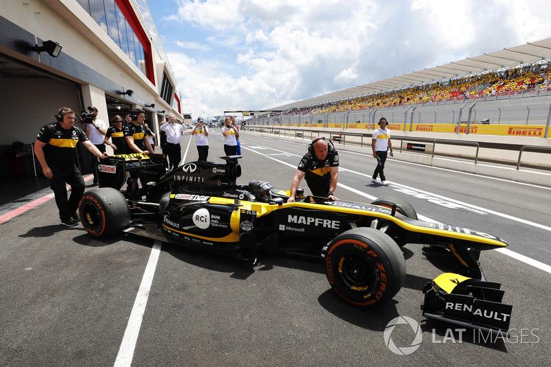 Aseel Al-Hamad, bersiap mengemudikan Lotus E20 Renault F1 2012 dalam acara Renault Passion Parade