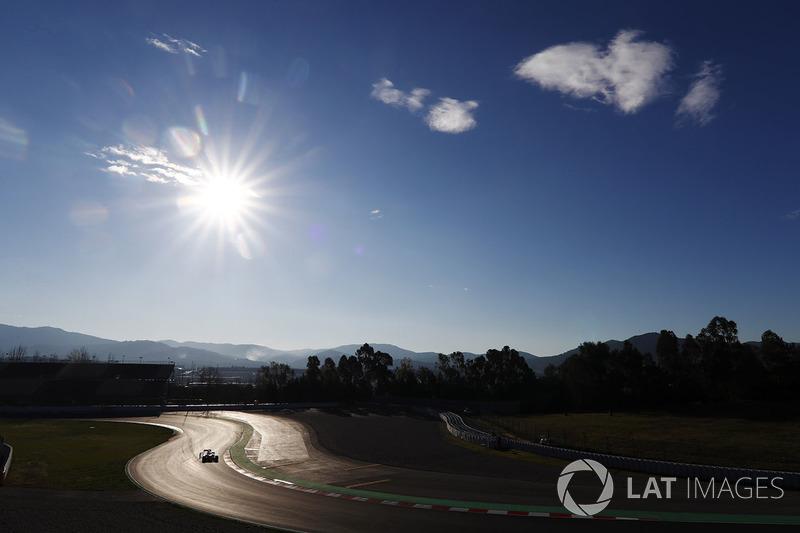 Вид на первый поворот трассы; Макс Ферстаппен, Red Bull Racing RB14