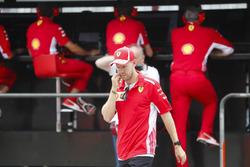 Після аварії: Себастьян Феттель, Ferrari, говорить з Мауріціо Аррівабене,, Ferrari, та Джок Кліа, інженерний директор, Ferrari