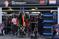 Механики Red Bull Racing работают с автомобилем RB14 Макса Ферстаппена