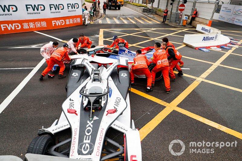 I Marshal rimouovono la vettura di Felipe Nasr, Dragon Racing, Penske EV-3, Pascal Wehrlein, Mahindra Racing, M5 Electro dopo un incidente