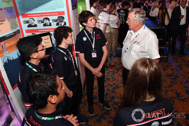 Gary Anderson y estudiantes