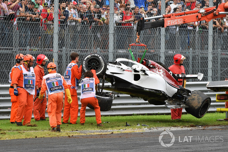 El coche accidentado de Marcus Ericsson, Sauber C37 es removido