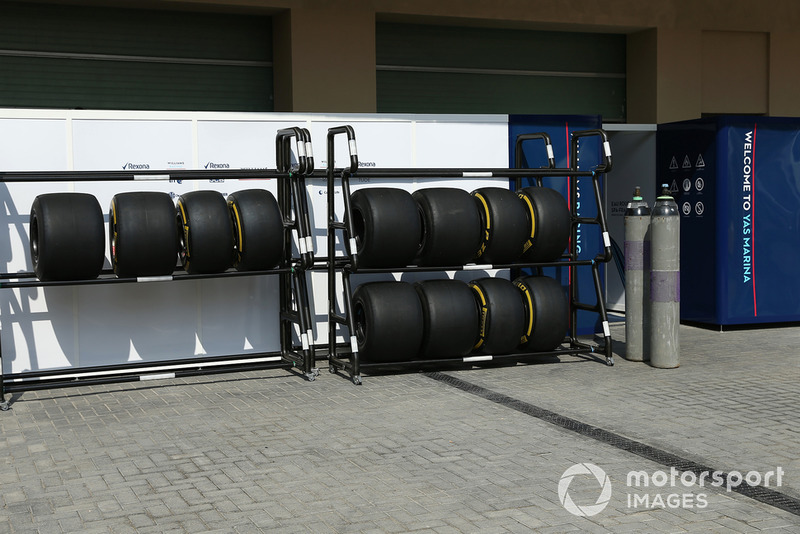 Rak ban Pirelli di garasi Williams