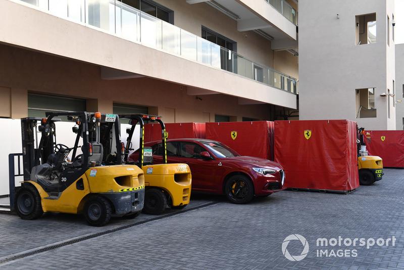 Alfa Romeo Stelvio y mercancía de Ferrari