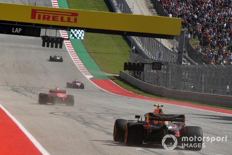 El ganador de la carrera, Kimi Raikkonen, Ferrari SF71H y Max Verstappen, Red Bull Racing RB14 toman la bandera a cuadros