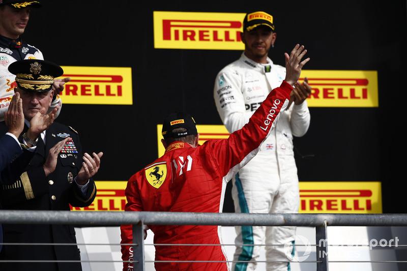 Podio: ganador de la carrera Kimi Raikkonen, Ferrari y tercer lugar Lewis Hamilton, Mercedes AMG F1