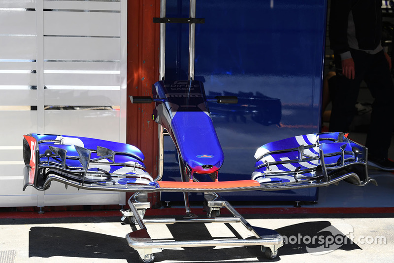 Носовой обтекатель и переднее антикрыло Scuderia Toro Rosso STR12