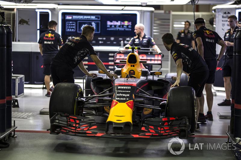 Red Bull Racing RB13, in der Garage