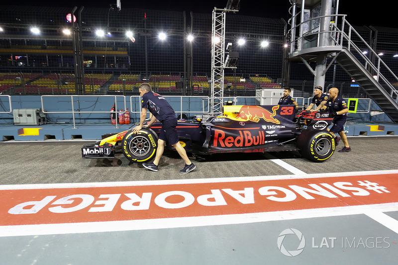 Mechaniker am Auto von Max Verstappen, Red Bull Racing RB13