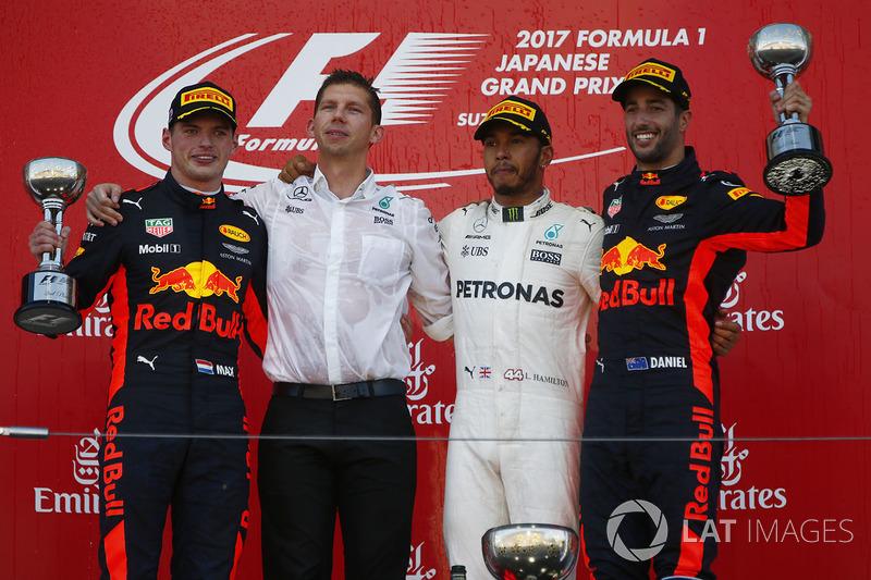 Il vincitore Lewis Hamilton, Mercedes AMG F1 con James Vowles, Stratega, Mercedes AMG F1, Max Verstappen, Red Bull Racing, Daniel Ricciardo, Red Bull Racing