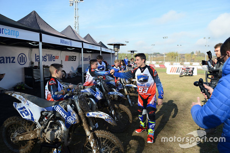 Marc Marquez con los participantes