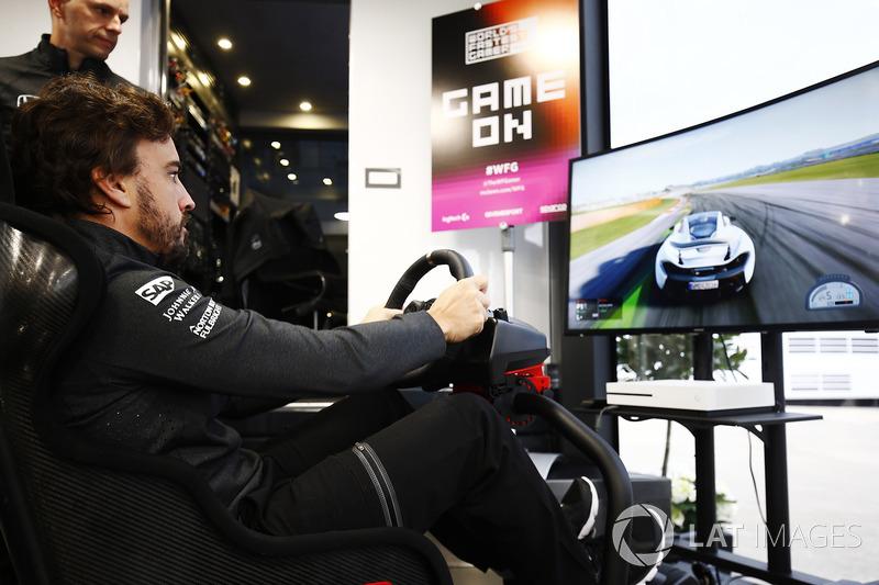 Fernando Alonso, McLaren, im Simulator